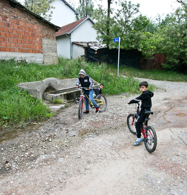 Children play in the streets of Hade